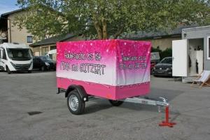 PKW Anhänger mit Hochplane pink